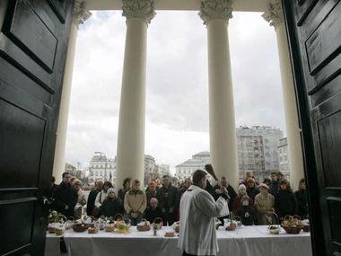 Kirche in Polen mit Priester.