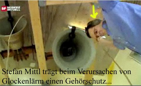 Stefan Mittl macht Lärm mit Kirchenglocken und trägt dabei einen Gehörschutz! Dumm nur dass sich zum Beispiel Babies nicht die Ohren zuhalten können, und somit Mittl's Lärm schutzlos ausgeliefert sind!